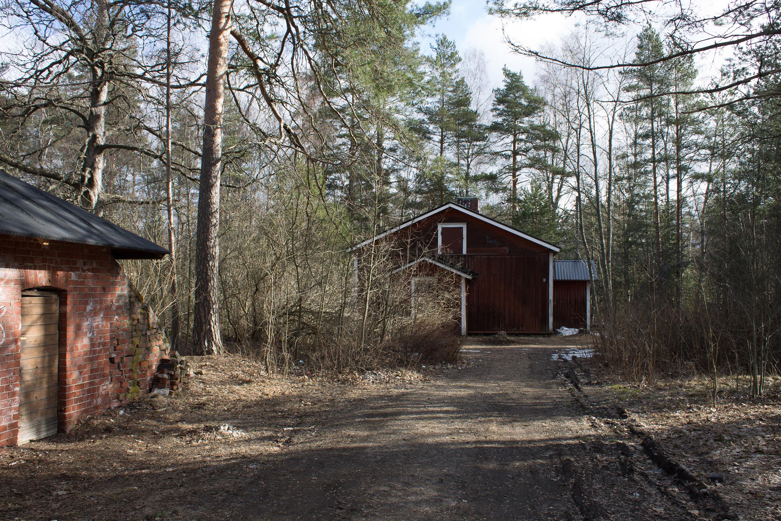 Vanhoja rautatierakennuksia ja puita Hyvinkään Koritsooninmäellä.
