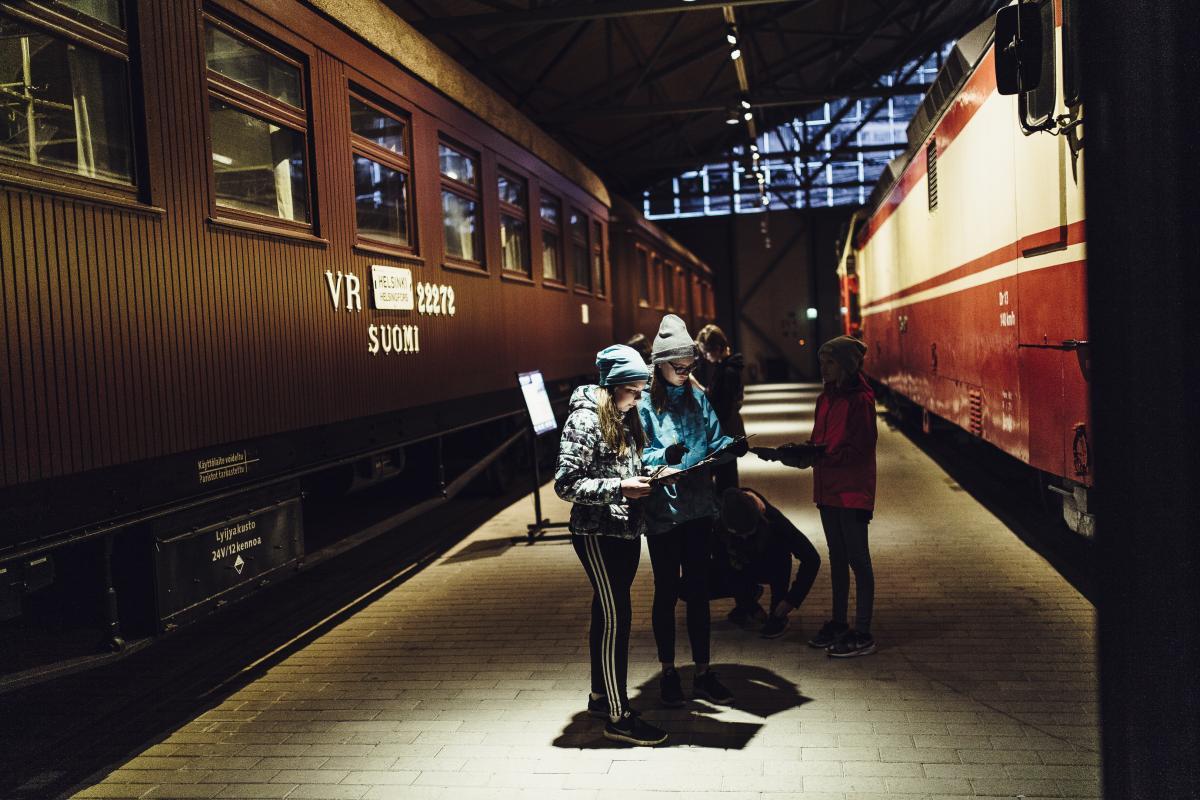 Koululaiset kulttuuripolkukierroksella Rautatiemuseossa Perinnejuna Valtterin vieressä vuonna 2017