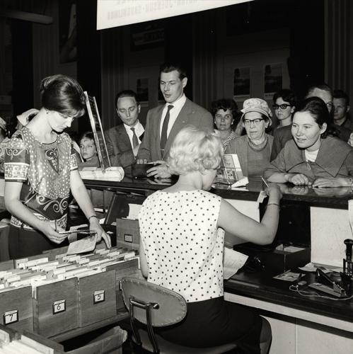 Lipunmyyntiä vanhassa kolmannen luokan odotussalissa 1950-luvun lopulta