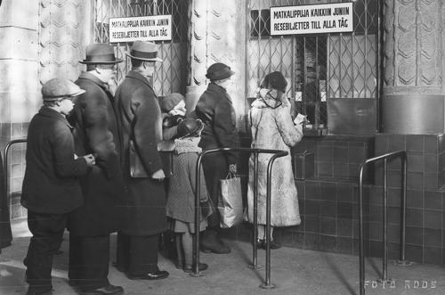 Helsingin aseman lipunmyyntiluukulla 1930-luvulla