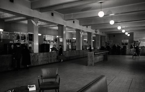Helsingin aseman lipunmyynti Rautatientorin puolella 1950-luvulla