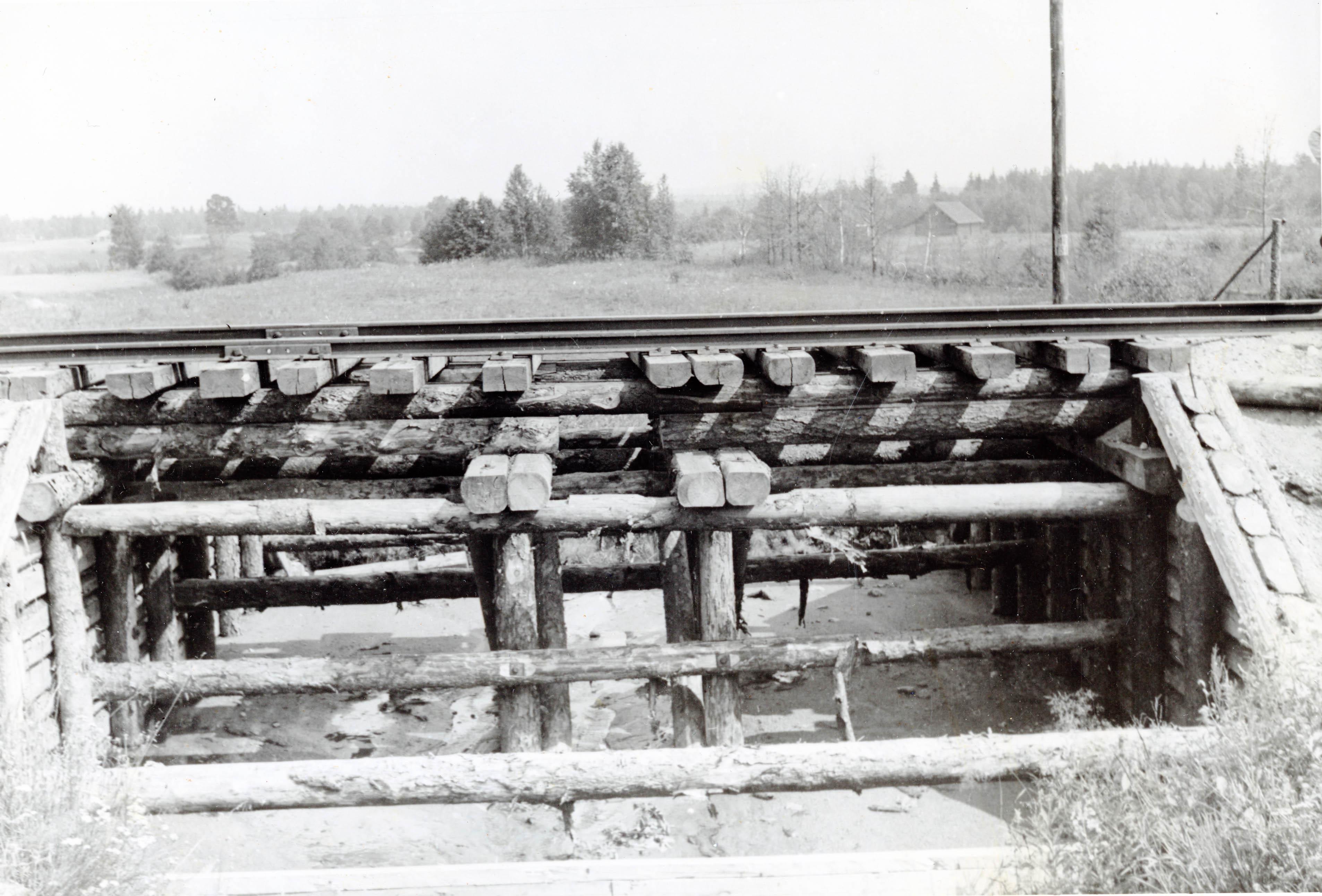 Puurakenteinen lyhyt rautatiesilta.