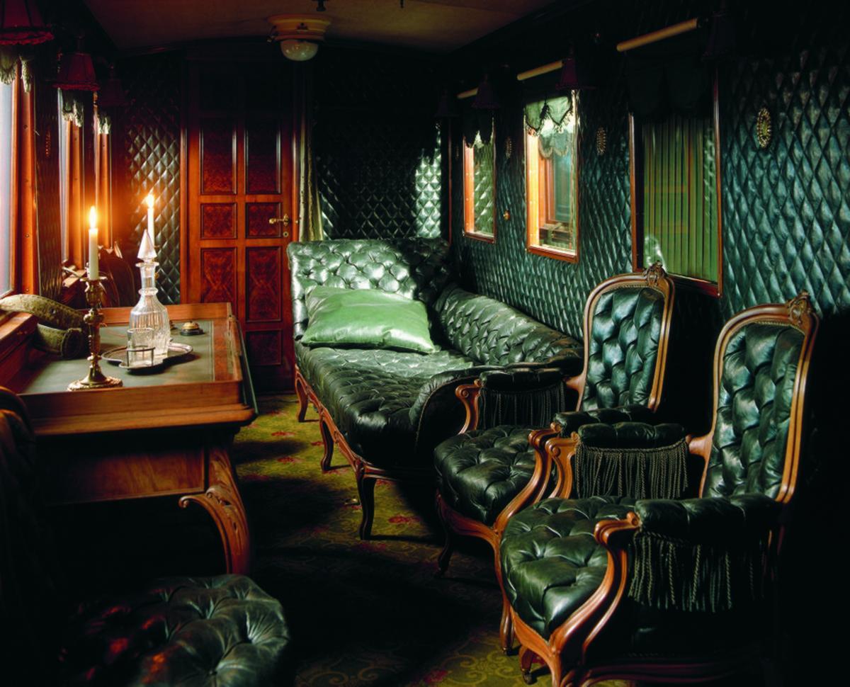 Роскошная мебель в императорском вагоне-салоне