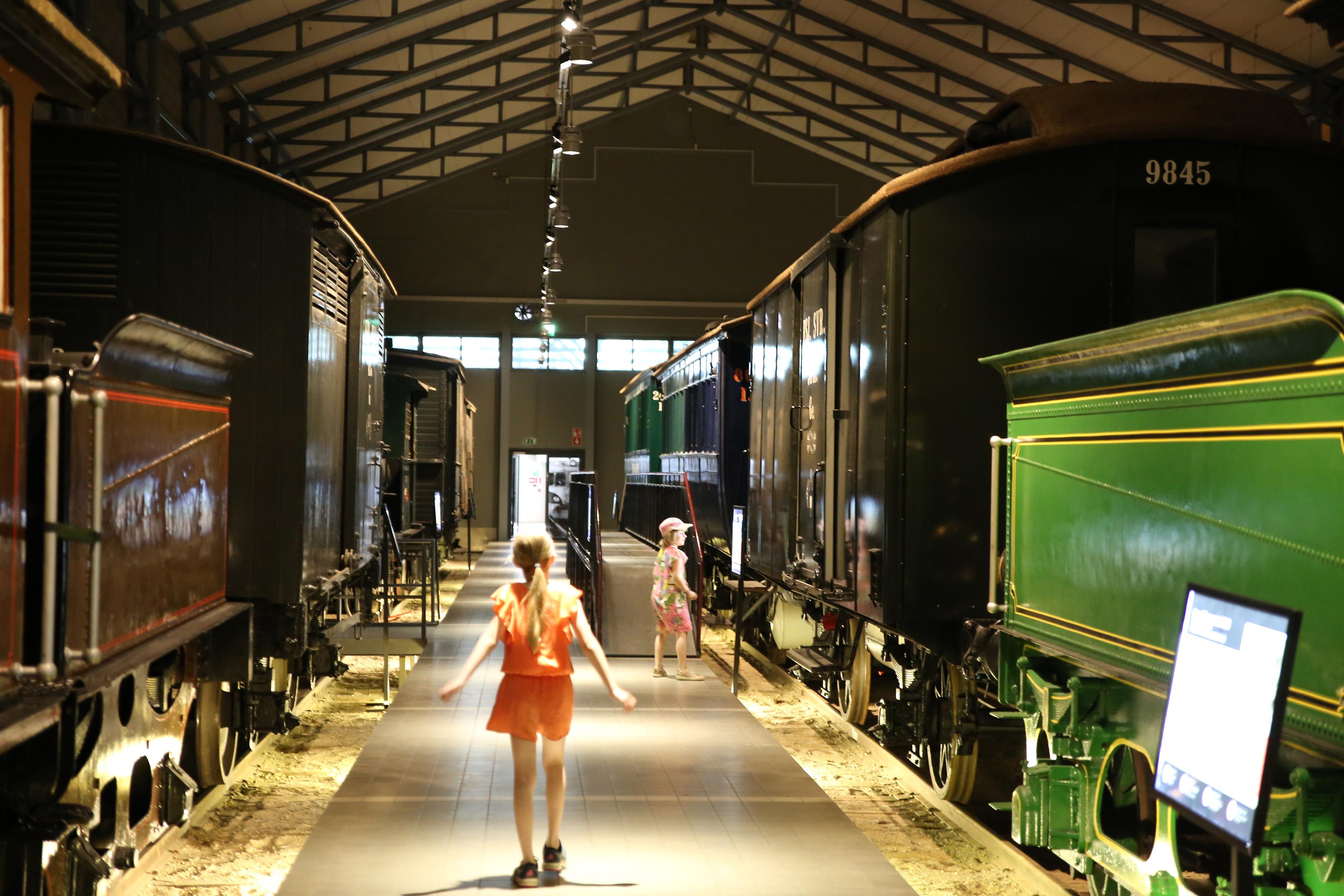 Kaksi lasta tutustuu Rautatiemuseon näyttelyyn museon näyttelyhallissa.