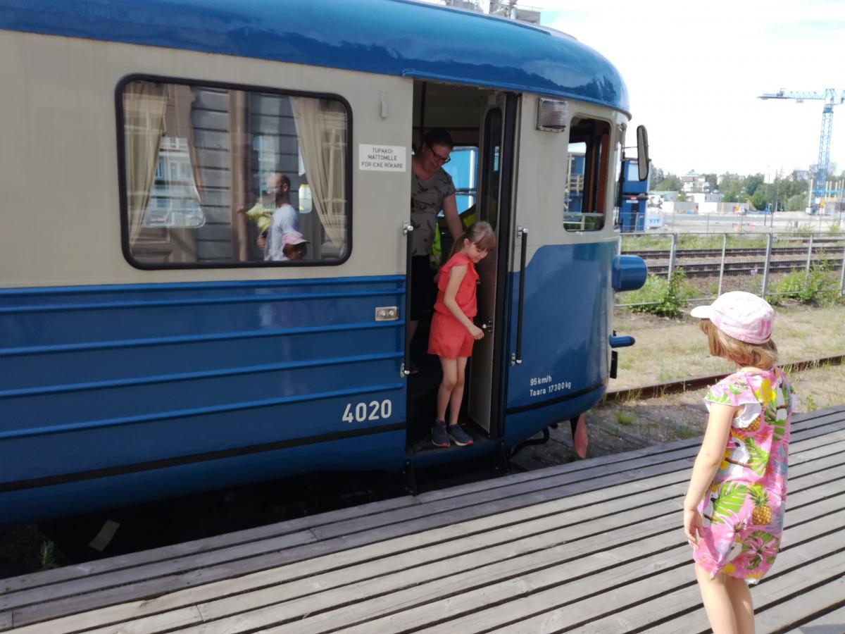Matkustajat laskeutuvat alas Lättähatusta Rautatiemuseon laiturille.