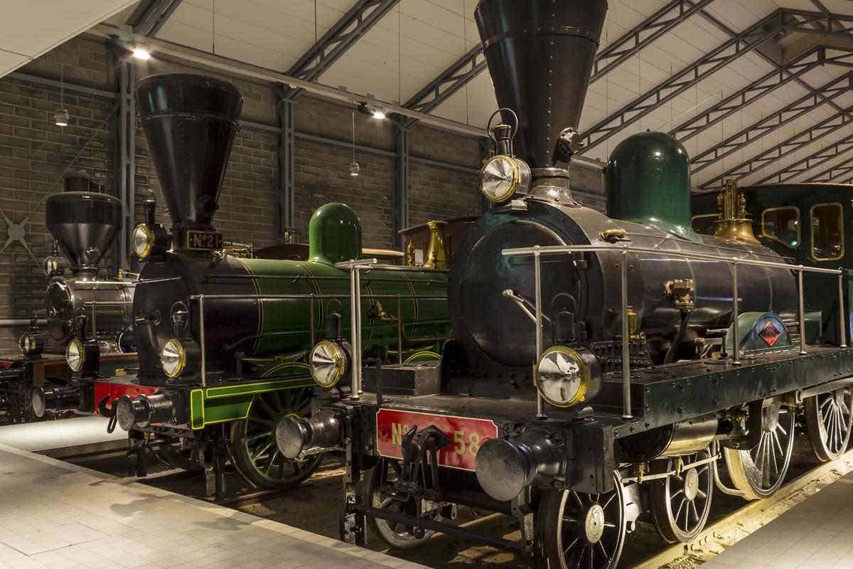 Kaksi Rautatiemuseon näyttelystä löytyvää veturia