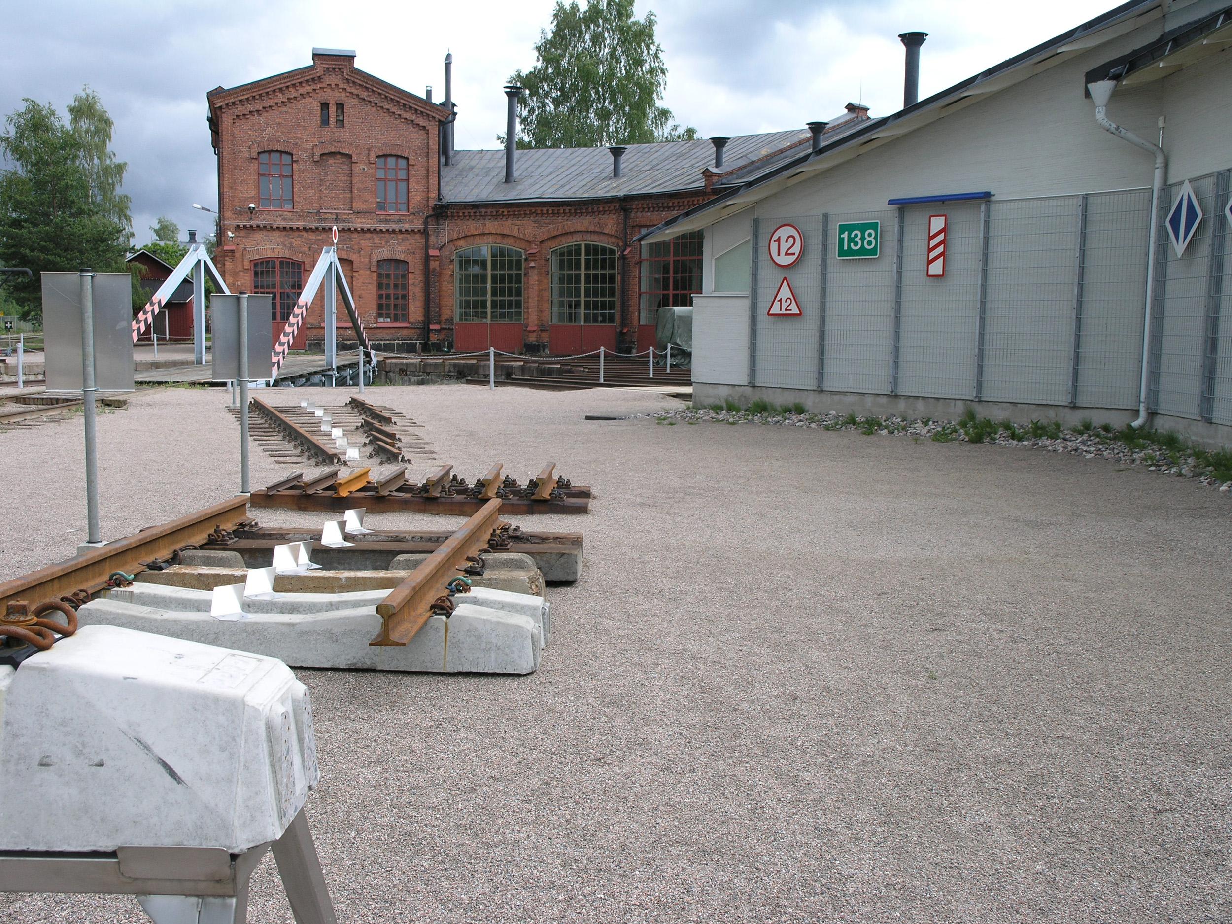 Erilaisia ratarakenteita Ratainfra-näyttelyssä Rautatiemuseon alueella.