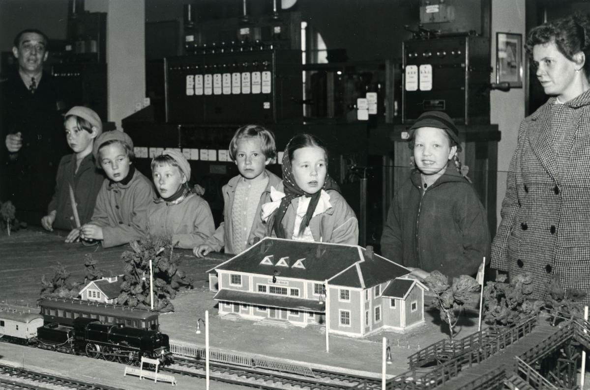 Koululaiset tutustumassa Rautatiemuseoon Helsingissä vuonna 1959