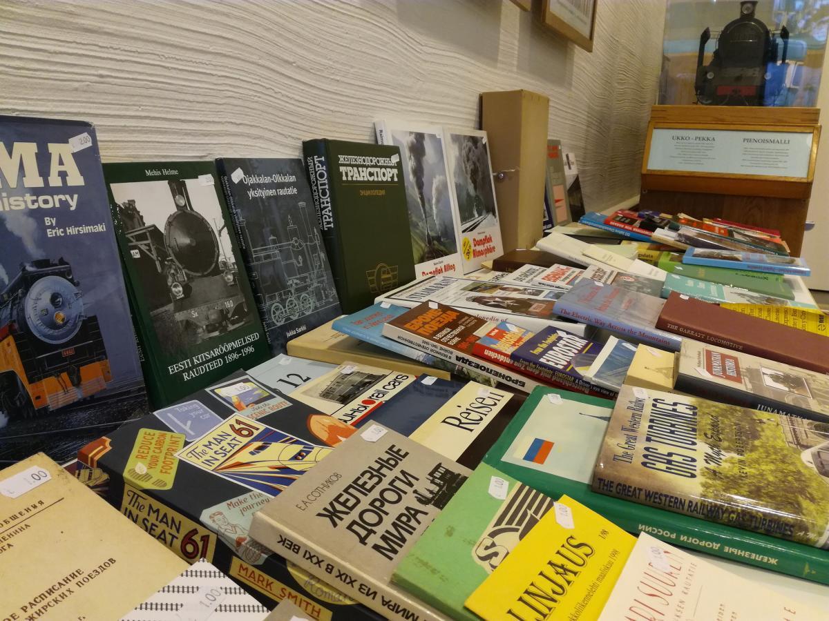 Kirjoja myynnissä Rautatiemuseon kokoustilassa.