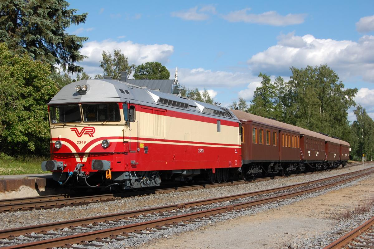 Perinnejuna Valtteri ruskeine vaunuineen on liikenteessä radalla.