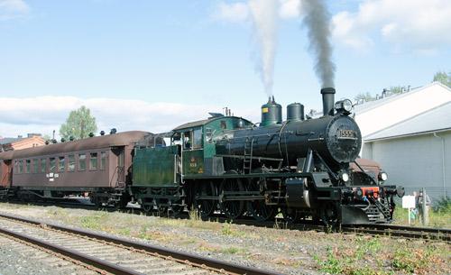 Kuva veturista ja junavaunusta