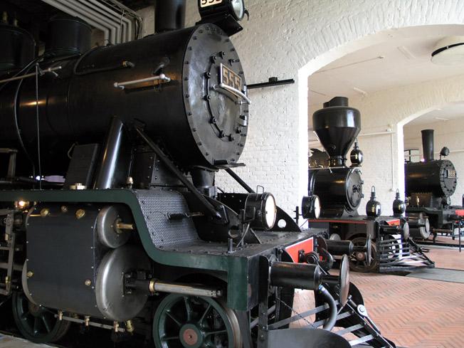 Kolme vanhaa veturia Rautatiemuseon kokoelmista