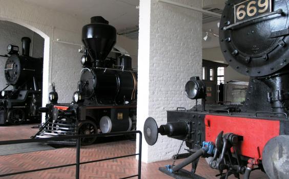 Kolme junaa Rautatiemuseon sisätiloista